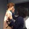 Irena Marmelstein die een model opmaakt