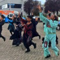 dansende groep mensen