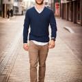 mannelijk model loopt op straat