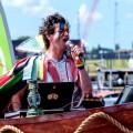 zanger op boot tijdens canal pride