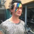 man met regenboog schmink op gezicht