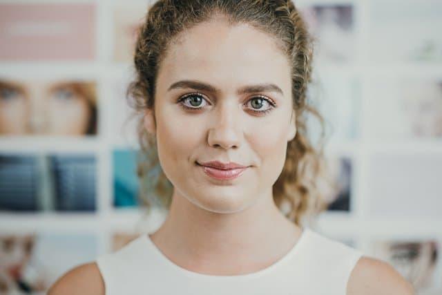 vrouw met naturel makeup