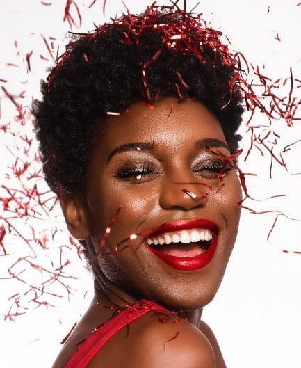 zwarte vrouw met feestelijke makeup
